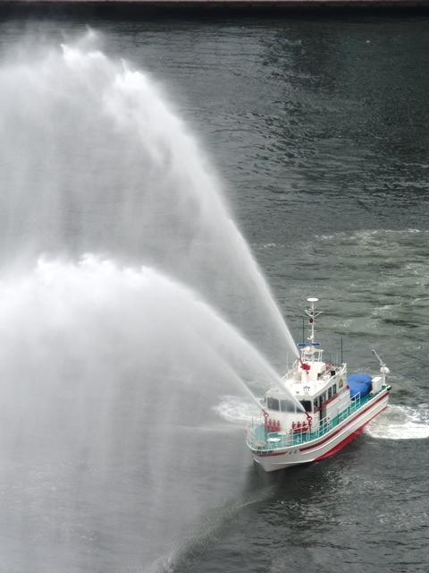 放水中の消防艇「飛龍」