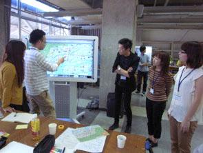 写真:各企業から集まりチームミーティング